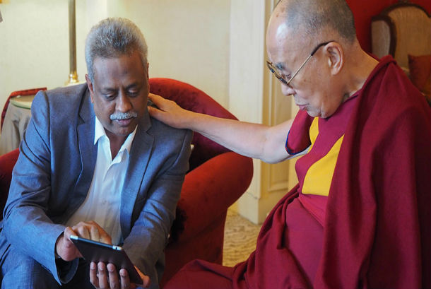 Bharath Subbarao demonstrating the new 'Mandala' app to His Holiness the Dalai Lama in Bengaluru, Karnataka, India on December 25, 2017. Photo: Jeremy Russell