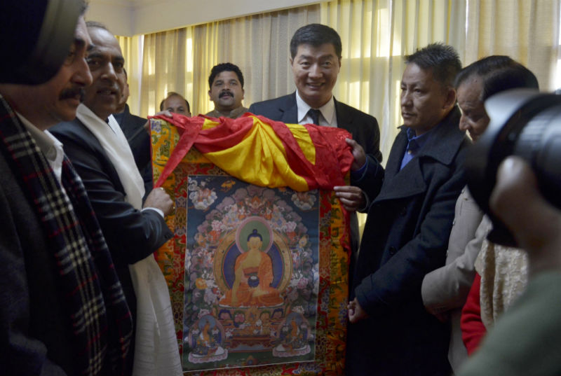 President Dr Lobsang Sangay accompanied by the Finance Kalon Karma Yeshi offering a Tibetan thangka to Shri Jairam Thakur, new chief minister of Himachal Pradesh at the Circuit House in Dharamshala, India on Tuesday morning, January 9, 2018. Photo: TPI/Chonyi Sangpo