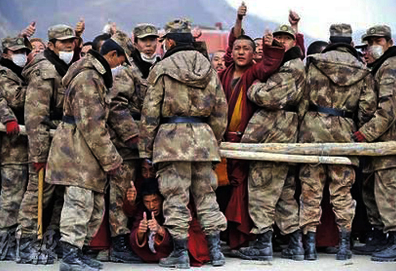 Chinese armies not letting Tibetan monks to rescue in Kyigudo, eastern Tibet on 20 April 2010. Photo: TPI