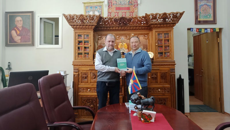 Telo Tulku Rinpoche, Honorary Representative of His Holiness the Dalai Lama at OOT Moscow and Dr Sergei Kuzmin with the book. Photo: Office of Tibet, Moscow