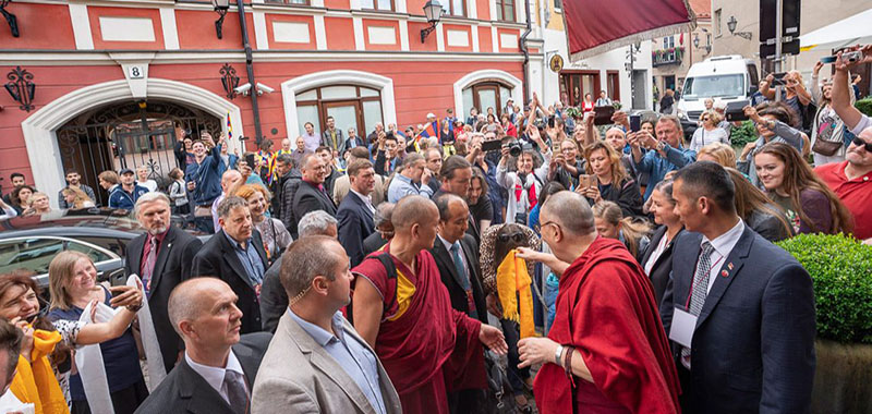 His Holiness the Dalai Lama greeting the crowd of supporters and well-wishers on his arrival at his hotel in Vilnius, Lithuania on June 12, 2018. Photo by Tenzin Choejor