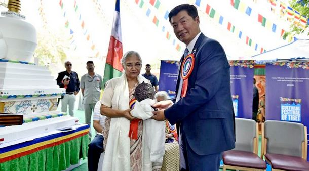 President Dr Lobsang Sangay with former Delhi CM Smt Sheila Dikshit at the inaugural ceremony of Cultural Festival of Tibet, IIC, April 2, 2018. Photo: CTA/DIIR