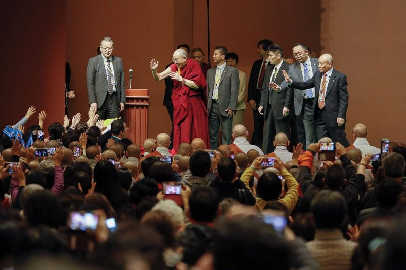 His Holiness the Dalai Lama waving to the audience on his arrival on stage at the Pacifico Yokohama National Convention Hall for a dialogue with scientists in Yokohama on November 16, 2018. Photo by Tenzin Jigme