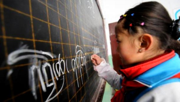 A primary school student writes on the blackboard during a Tibetan language class in Lhasa, capital of Tibet, March 21, 2008.Photo: File