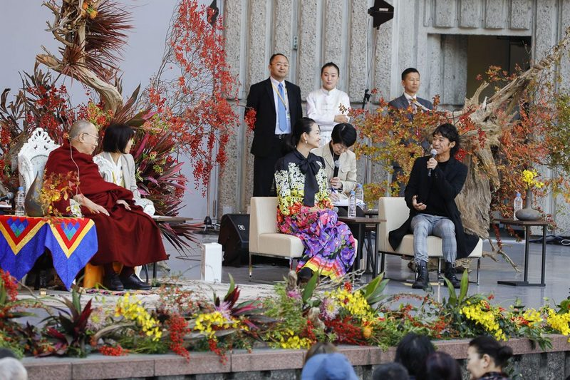 Film director Kenji Kohashi speaking about his experiences relating to Buddhism and Tibet at the start of His Holiness the Dalai Lama's talk at the Hibiya Open-Air Concert Hall in Tokyo, Japan on November 17, 2018. Photo by Tenzin Jigme